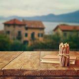 Notizbuch und Bleistifte auf altem Holztisch vor romantischer ländlicher Landschaft Provence Retro- gefiltertes Bild Stockbilder