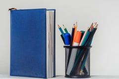 Notizbuch und Bleistifte mit Markierungen im Stand Stockfotos