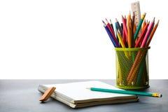 Notizbuch und ein Behälter Bleistifte Lizenzfreies Stockbild