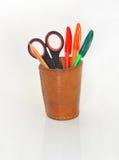 Notizbuch und ein Glas mit Bleistiften und Scheren. Lizenzfreie Stockbilder