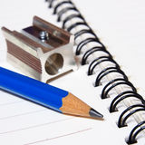 Notizbuch und Farbbleistiftbriefpapier auf Weiß Lizenzfreies Stockbild