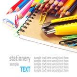 Notizbuch und Farbbleistiftbriefpapier lokalisiert auf Weiß Stockfotografie