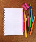 Notizbuch und farbige Bleistifte Stockfotos