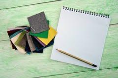 Notizbuch und farbiges Gewebe Lizenzfreies Stockbild