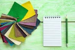 Notizbuch und farbiges Gewebe Lizenzfreie Stockbilder