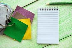 Notizbuch und farbiges Gewebe Stockfoto