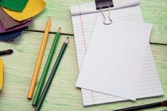 Notizbuch und farbiges Gewebe Stockbild