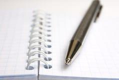 Notizbuch und Feder Lizenzfreie Stockbilder