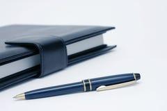 Notizbuch und Feder-Detail lizenzfreie stockfotografie