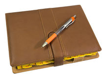 Notizbuch und Feder getrennt auf weißem Hintergrund Stockfoto