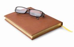 Notizbuch und Gläser lizenzfreie stockfotos
