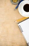 Notizbuch und Kaffee Stockbild