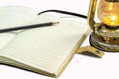 Notizbuch und Lampe Stockfoto