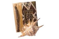 Notizbuch und Muschel Stockbilder