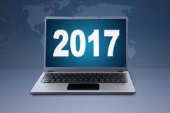Notizbuch und Nr. 2017 im Weltkartehintergrund Lizenzfreie Stockfotos