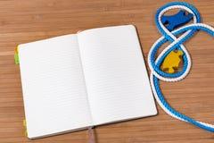 Notizbuch und Puzzlespiel Stockbild