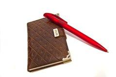 Notizbuch und roter Stift lizenzfreies stockbild
