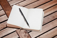 Notizbuch und Stift auf dem Tisch Lizenzfreie Stockbilder