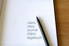 Notizbuch und Stift auf Holztisch Lizenzfreies Stockbild