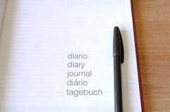 Notizbuch und Stift auf Holztisch Stockbilder