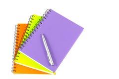Notizbuch und Stift auf weißem Hintergrund Lizenzfreies Stockbild