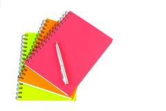 Notizbuch und Stift auf weißem Hintergrund Lizenzfreie Stockfotos