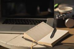 Notizbuch und Stift des leeren Papiers an mit Weinleseton, Zeitschriftenkonzept lizenzfreies stockbild