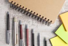 Notizbuch und Stift im hölzernen Hintergrund lizenzfreies stockbild