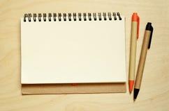 Notizbuch und Stifte auf Schreibtisch Lizenzfreie Stockfotografie
