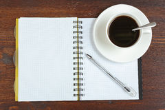 Notizbuch und Tasse Kaffee Lizenzfreies Stockfoto