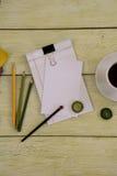 Notizbuch und Tasse Kaffee Lizenzfreies Stockbild