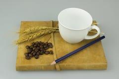 Notizbuch und Tasse Kaffee Stockfotos