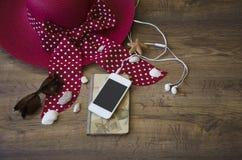 Notizbuch und Telefon auf einem hölzernen Hintergrund stockbild
