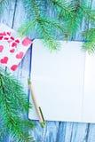Notizbuch- und Weihnachtsdekoration Lizenzfreies Stockfoto