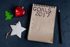 Notizbuch und Ziele für Draufsicht des dunklen Hintergrundes des neuen Jahres Stockfotografie