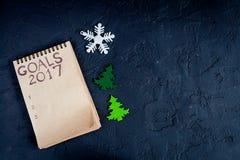 Notizbuch und Ziele für Draufsicht des dunklen Hintergrundes des neuen Jahres Lizenzfreie Stockfotografie