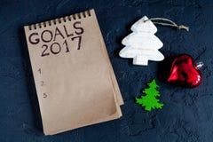 Notizbuch und Ziele für Draufsicht des dunklen Hintergrundes des neuen Jahres Stockbild