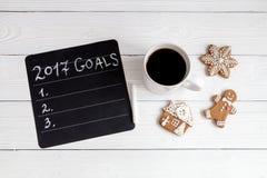 Notizbuch und Ziele für Draufsicht des hölzernen Hintergrundes des neuen Jahres Lizenzfreies Stockfoto