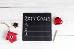 Notizbuch und Ziele für Draufsicht des hölzernen Hintergrundes des neuen Jahres Stockfotografie