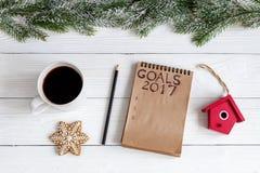 Notizbuch und Ziele für Draufsicht des hölzernen Hintergrundes des neuen Jahres Lizenzfreie Stockfotografie