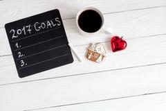 Notizbuch und Ziele für Draufsicht des hölzernen Hintergrundes des neuen Jahres Stockfotos