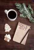 Notizbuch und Ziele für Draufsicht des hölzernen Hintergrundes des neuen Jahres Stockbild