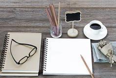 Notizbuch von Leerseiten mit Gläsern, Blumenblumenstrauß, Bleistifte Lizenzfreie Stockfotos