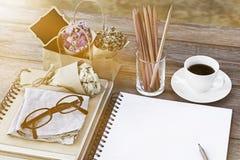 Notizbuch von Leerseiten mit Gläsern, Blumenblumenstrauß, Bleistifte Stockfoto