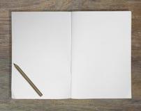 Notizbuchbleistift auf hölzerner Hintergrundillustration Stockfotografie