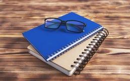 Notizbuchbuchgläser auf hölzernem Hintergrund stockfotografie