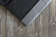 Notizbuchlaptop, der auf einem Holztisch liegt Stockfoto