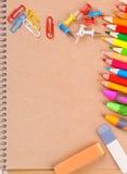 Notizbuchnahaufnahme mit farbigen Bleistiften Lizenzfreie Stockfotos