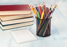 Notizbuchstapel und -bleistifte Der Kompaß und der Winkelmesser Lizenzfreie Stockbilder