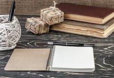 Notizbuchstift und ein Kasten alte Bücher Lizenzfreie Stockbilder